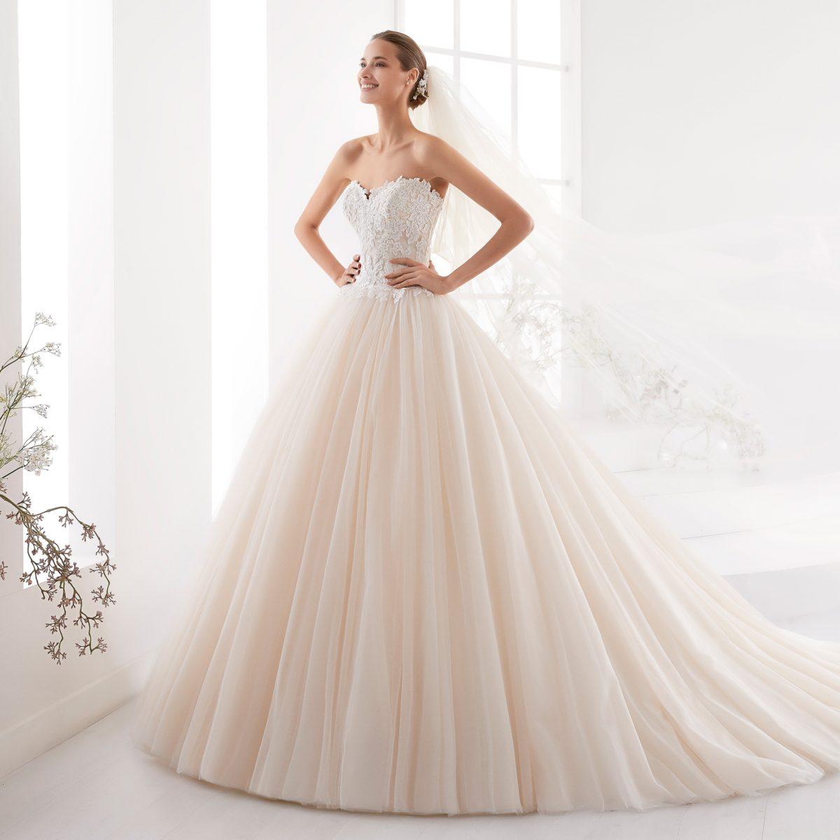 Σειρά Aurora - Νυφικό σε πριγκιπική και ρομαντική γραμμή σε light pink απόχρωση, φτιαγμένο απο τούλι και υπέροχη ανάγλυφη δαντέλα με εντυπωσιακή ουρά.